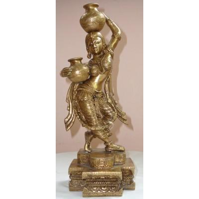 Mosazná socha dívky nesoucí vodu